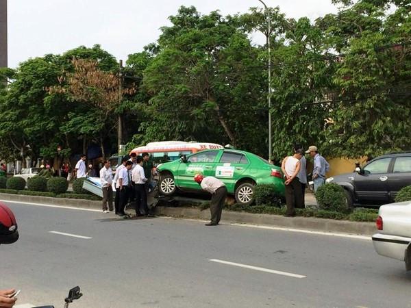 """taxi-mat-lai-""""lam-xiec""""-ngoi-len-dai-phan-cach"""