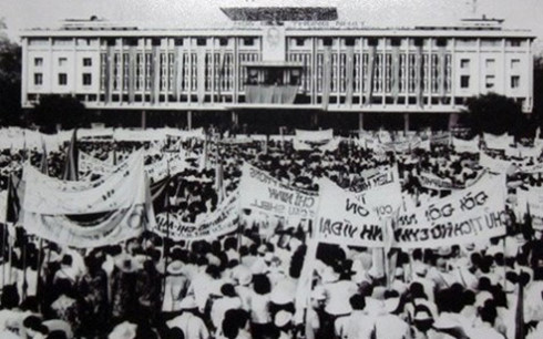 chien-thang-30/4/1975:-cho-ngu-vui-duoi-anh-hao-quang!