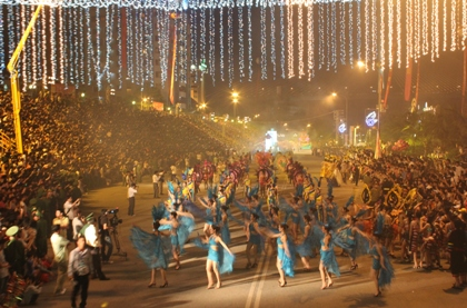 lung-linh-muon-sac-mau-carnaval-ha-long-2011